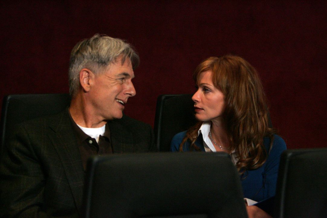 Besprechen die Lage: Gibbs (Mark Harmon, l.) und NCIS Direktorin Jenny Shepard (Lauren Holly, r.) ... - Bildquelle: TM &   2006 CBS Studios Inc. All Rights Reserved.