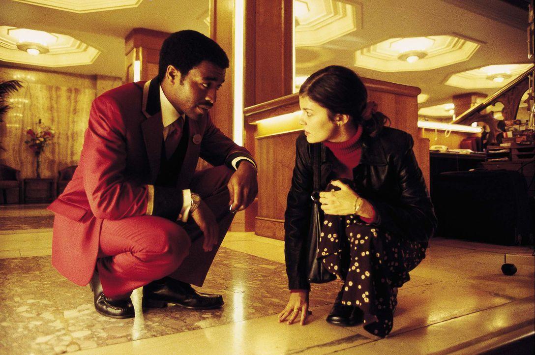 Als der nigerianische illegale Einwanderer Okwe (Chiwetel Ejiofor, l.), der als Nachtportier arbeitet, in einem Londoner Hotel über einen seltsamen... - Bildquelle: Laurie Sparham Miramax Films. All Rights Reserved.