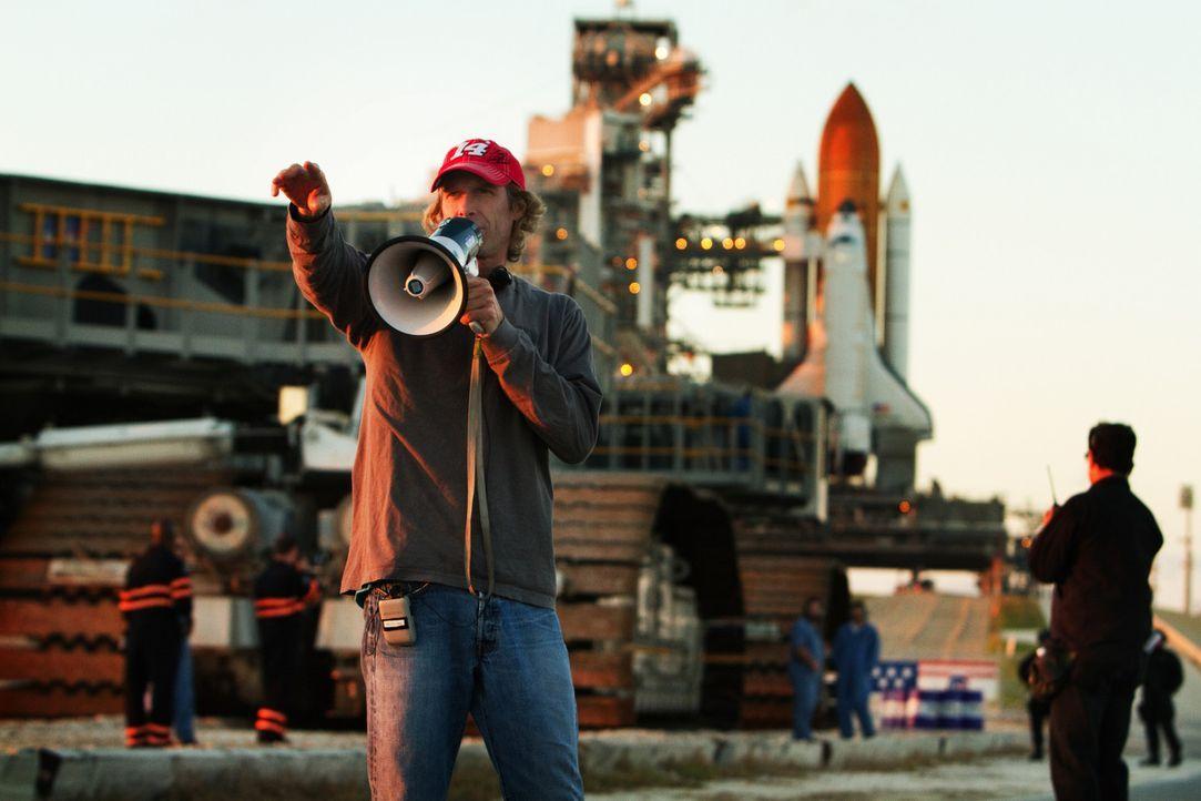 Regisseur Michael Bay (l.) bei den Dreharbeiten zu Transformers 3 - Bildquelle: 2010 Paramount Pictures Corporation.  All Rights Reserved.