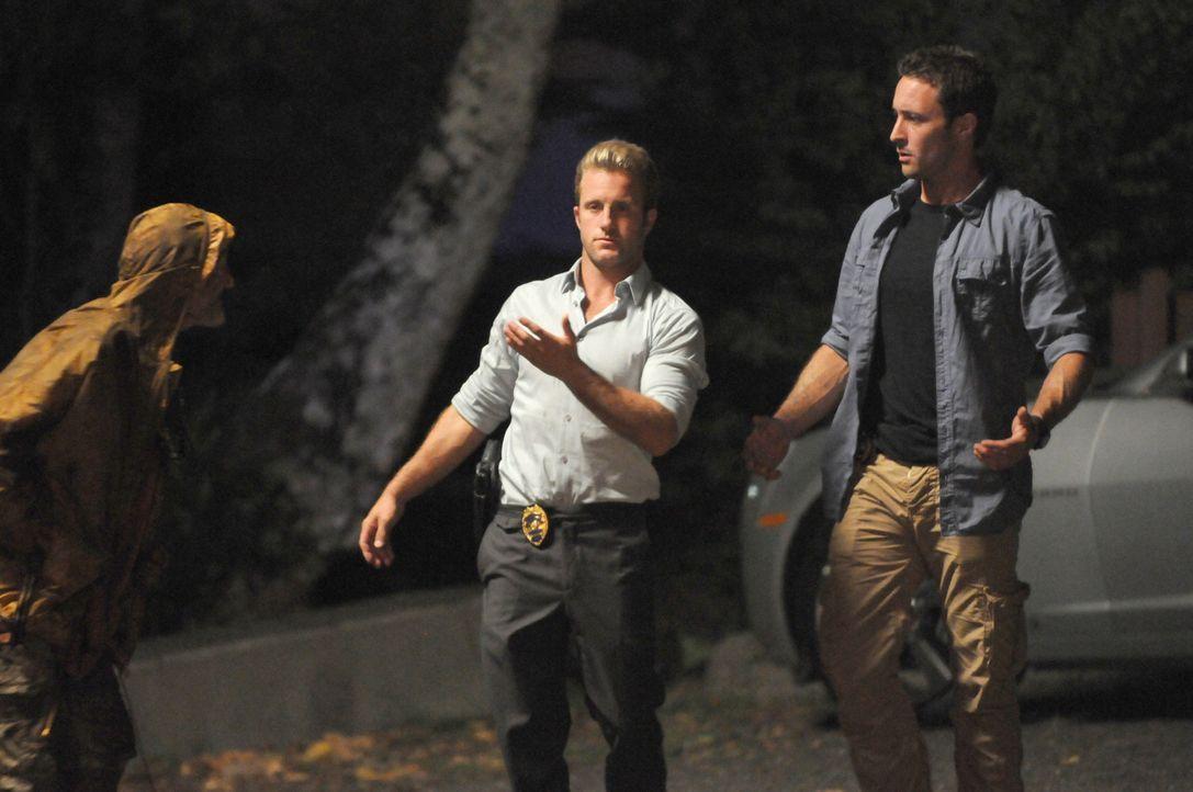 Bei den Ermittlungen in einem Mordfall auf einem alten hawaiianischen Friedhof, stoßen Danny (Scott Caan, M.) und Steve (Alex O'Loughlin, r.) auf e... - Bildquelle: TM &   CBS Studios Inc. All Rights Reserved.