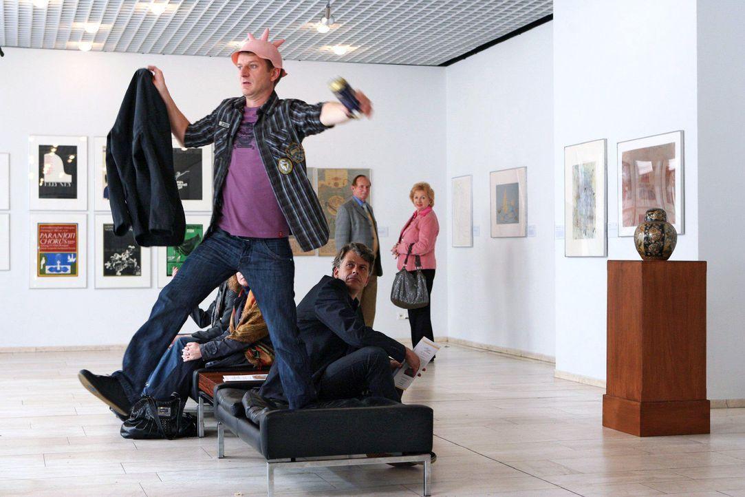 Das sollte man in einem Museum besser nicht tun! (Michael Kessler) - Bildquelle: Sat.1