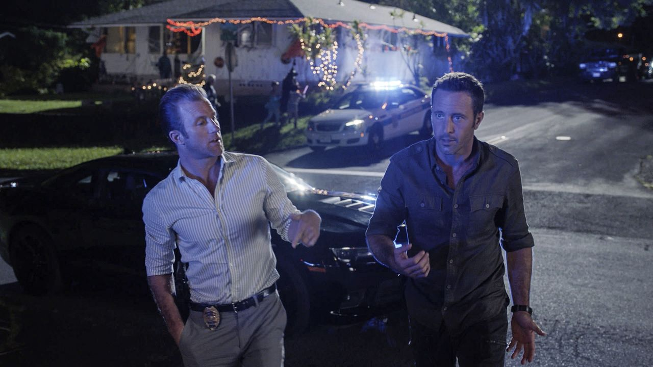Auch in der Halloweennacht muss Five-0 in den Einsatz. Als eine Hellseherin ermordet wird, sind Steve (Alex O'Loughlin, r.) und Danno (Scott Caan, l... - Bildquelle: Norman Shapiro 2016 CBS Broadcasting, Inc. All Rights Reserved