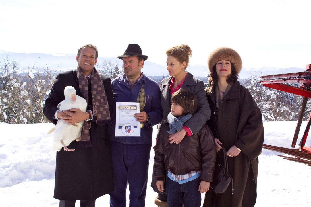 Rudi (Markus Krojer, 2.v.r.) lebt mit seinen Eltern Hanna (Franziska Schlattner, M.) und Xaver (August Schmölzer, 2.v.l.) Wasmeier auf einem Bauern... - Bildquelle: Walter Wehner Sat.1