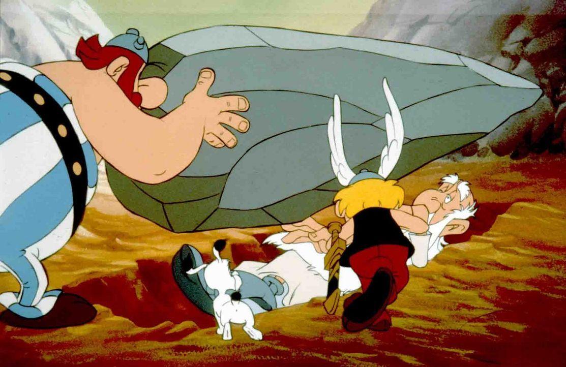 Obelix' (l.) Hinkelsteinwurf ging voll daneben ... - Bildquelle: Jugendfilm-Verleih GmbH