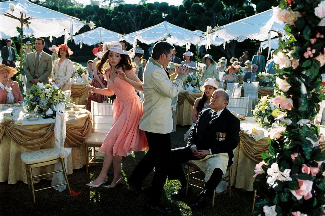 Die tollpatschige Mia (Anne Hathaway, l.) ist die Anwärterin auf den Thron der kleinen europäischen Monarchie Genovien. Doch eine Klausel besagt,... - Bildquelle: Disney Enterprises, Inc. All rights reserved