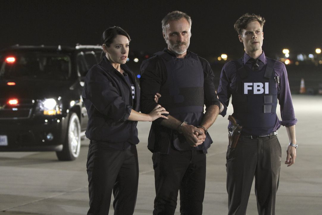 Ein scheinbar gelöster Fall: Prentiss (Paget Brewster, l.), Ian Doyle (Timothy V. Murphy, M.) und Reid (Matthew Gray Gubler, r.) ... - Bildquelle: ABC Studios