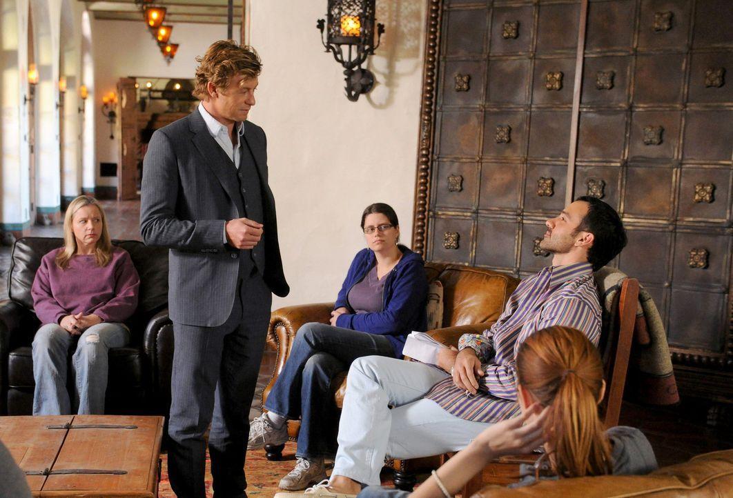 Versucht alles, um den Mord an einem jungen Model aufzudecken: Patrick Jane (Simon Baker, stehend) ... - Bildquelle: Warner Bros. Television