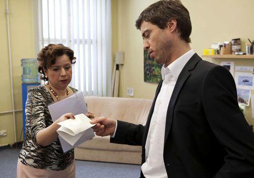 Ingrid bekommt als erstes die Folgen von Julians Herrschaft zu spüren ... - Bildquelle: David Saretzki - Sat1