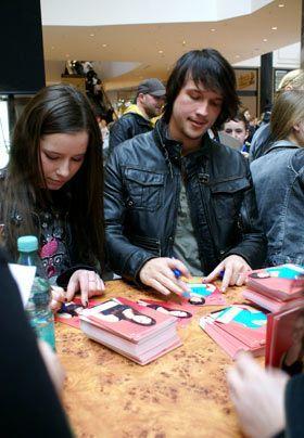 Selina und Christopher geben geduldig Autogramme. - Bildquelle: Danilo Brandt - Sat1