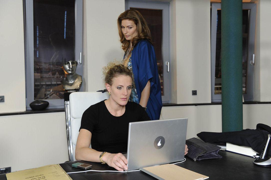 Mit Lars' Hilfe gelingt es Natascha (Franziska Matthus, r.), die Filmdatei auf Davids Rechner zu rekonstruieren. Nun muss auch Maja (Barbara Lanz, l... - Bildquelle: SAT.1