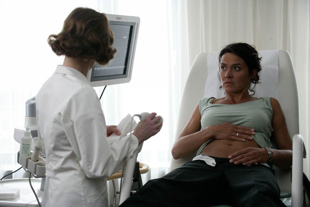 Silke (Ulrike Folkerts, r.) kann es nicht fassen: 45 Jahre alt, ohne Ehemann, ohne Job, aber schwanger! Von einem Mann, der selbst ein halbes Kind i... - Bildquelle: Sat.1