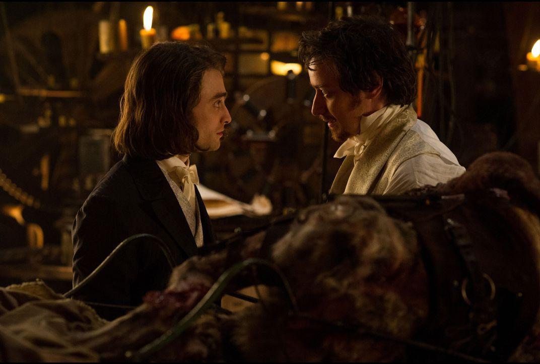 Wie wird der junge Igor (Daniel Radcliffe, l.) reagieren, als der verrückte Wissenschaftler Victor Frankenstein (James McAvoy, r.) auf die Idee komm... - Bildquelle: Alex Bailey 2015 Twentieth Century Fox Film Corporation. All rights reserved. / Alex Bailey
