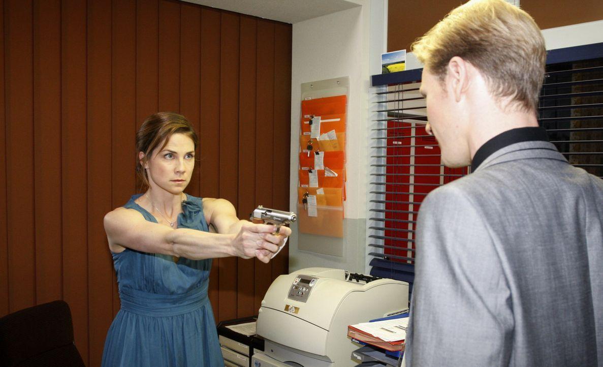 Wird Karin (Birge Funke) Ernst machen und Philip (Philipp Romann, r.) umbringen? - Bildquelle: SAT.1