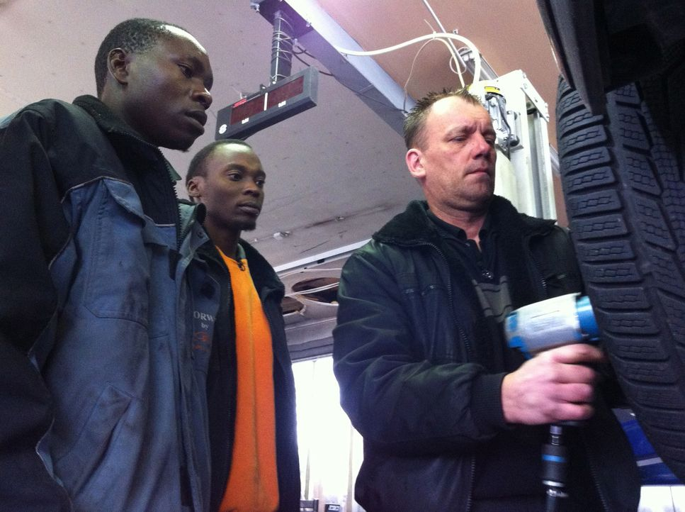 Michael (r.) kümmert sich um seine Austauschkollegen Yusuf (l.) und Christopher (2.v.), die von der technischen Ausstattung der hessischen Werkstat... - Bildquelle: kabel eins