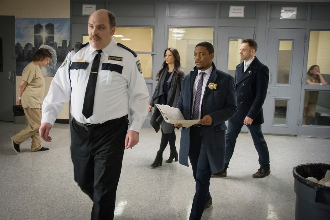 Watson (Lucy Liu, M.), Detective Bell (Jon Michael Hill, 2.v.r.) und Holmes (Jonny Lee Miller, r.) machen sich auf die Suche nach dem entflohenen Hä... - Bildquelle: CBS Television