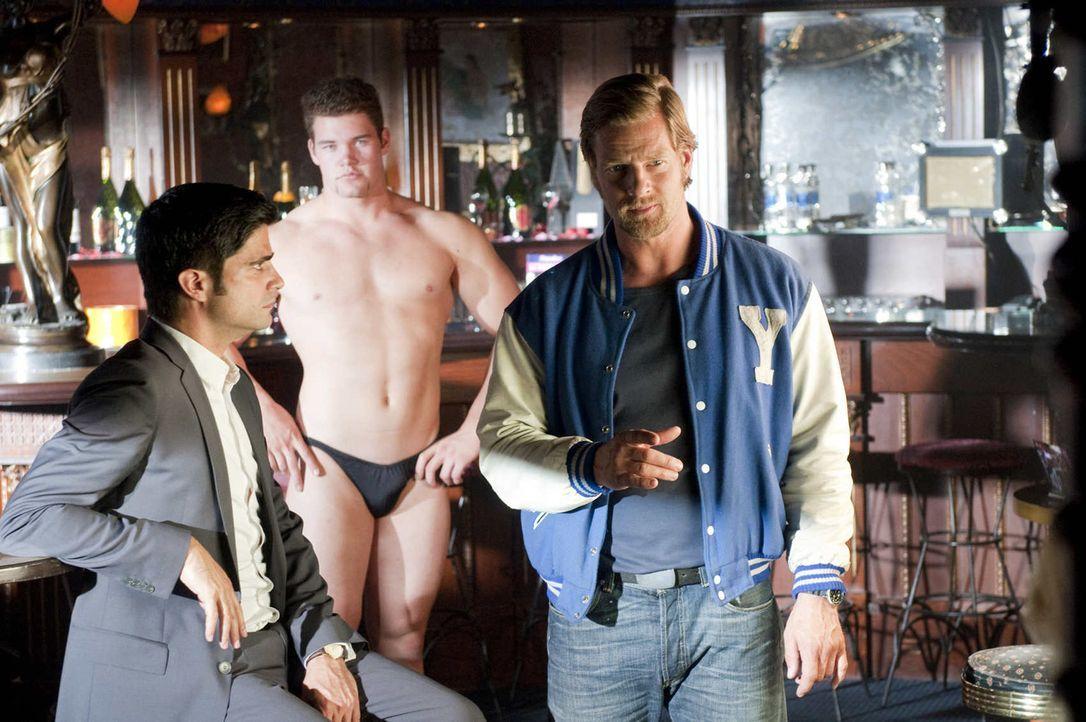 Zu seiner Zeit war das ein reiner Frauenjob. Jetzt allerdings muss er in einem Striplokal ermitteln, wo sich Männer der holden Weiblichkeit präsen... - Bildquelle: SAT.1