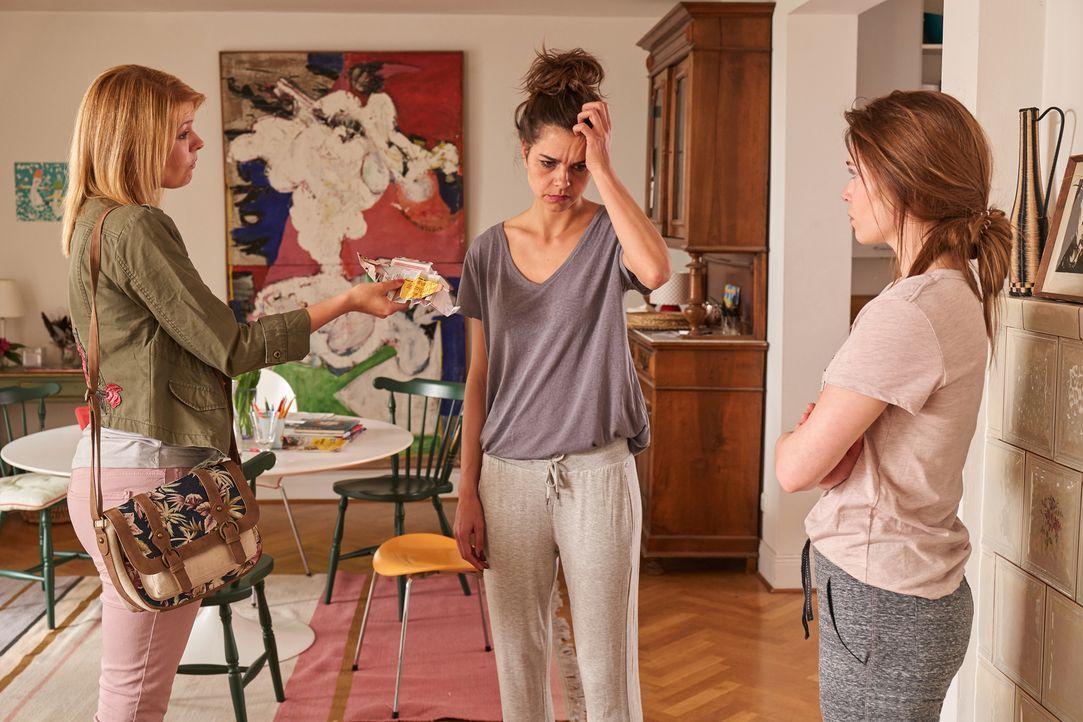 Eigentlich können Carolin (Susan Hoecke, M.) und Nele (Farina Flebbe, r.) nicht wirklich glauben, dass Tina (Tina Amon Amonsen, l.) die rechtmäßige... - Bildquelle: Frank Dicks SAT.1