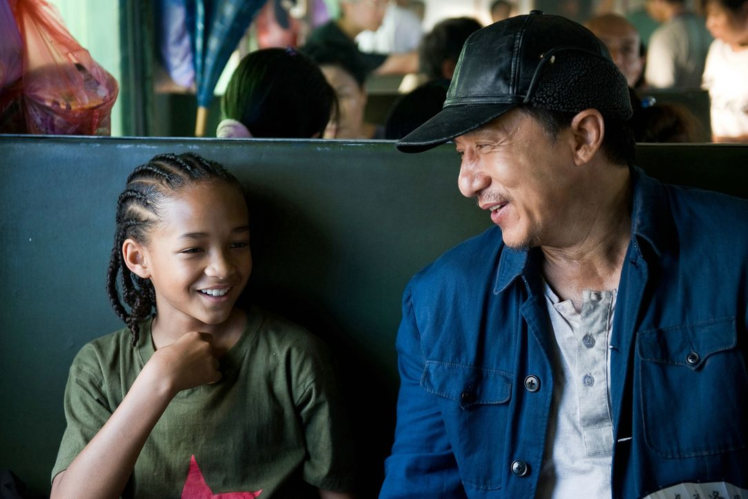 Zwischen dem Kung Fu-Schüler (Jaden Smith, l.) und seinem Lehrer (Jackie Chan) entwickelt sich eine innige Freundschaft, aus der beide ihre Lehren... - Bildquelle: 2010 CPT Holdings, Inc. All Rights Reserved.