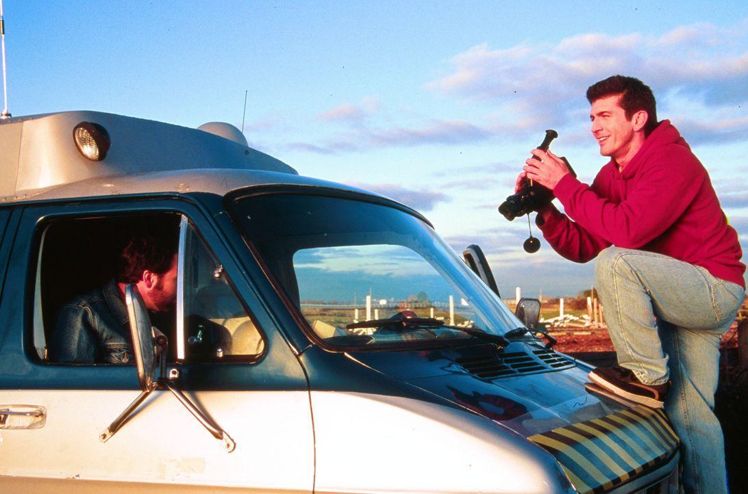 Ihm vergeht schon bald das Lachen: Meteorologe Pete Jensen (Joe Lando, r.) ... - Bildquelle: Cinetel Films Inc.
