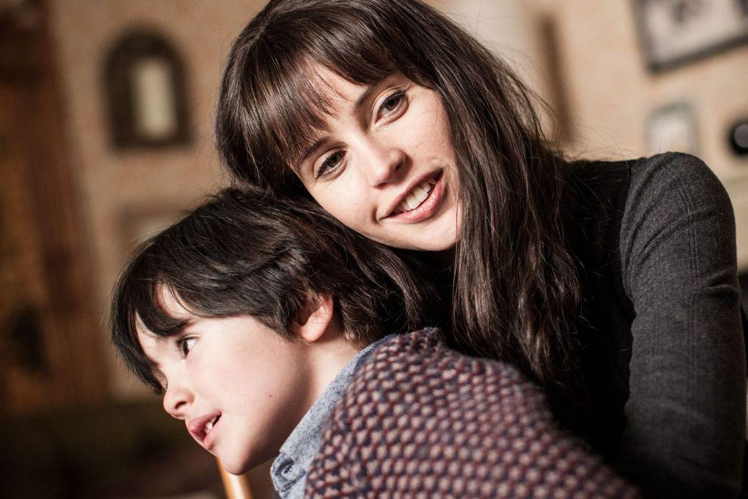 junger Conor (Max Golds, l.); Elizabeth (Felicity Jones) - Bildquelle: Quim Vives Studiocanal GmbH