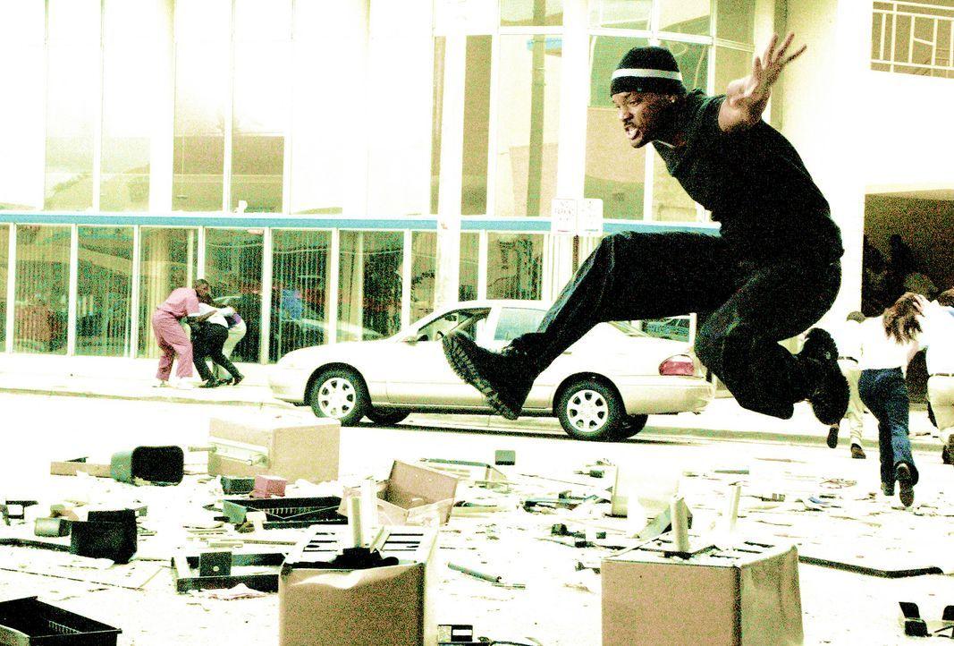 Um Sydney aus den Fänger von Ecstasy-Baron Tapia befreien zu können, lässt sich Mike (Will Smith) von niemanden aufhalten ... - Bildquelle: 2004 Sony Pictures Television International. All Rights reserved.