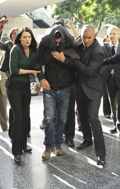 Rockstar Dante (Gavin Rossdale, M.) gilt als Verdächtiger in einer Mordserie in Los Angeles. Noch bevor er von Prentiss (Paget Brewster, l.) und Mo... - Bildquelle: Touchstone Television