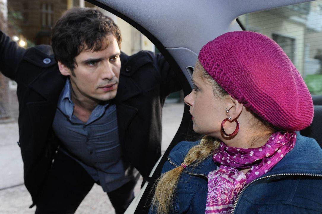Mia (Josephine Schmidt, r.) will sich auch von Alexander (Paul Grasshoff, l.) nicht aufhalten lassen ... - Bildquelle: SAT.1