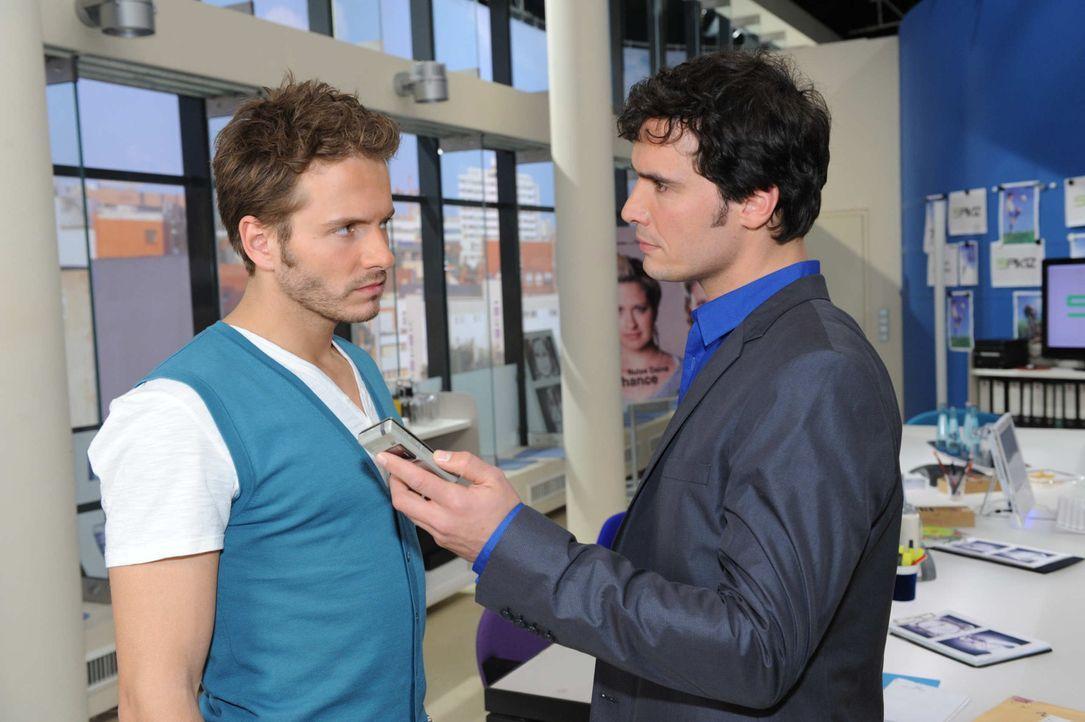 Alexander (Paul Grasshoff, r.) verlangt von Enrique (Jacob Weigert, l.), sich Mia als Toni zu erkennen zu geben. - Bildquelle: SAT.1