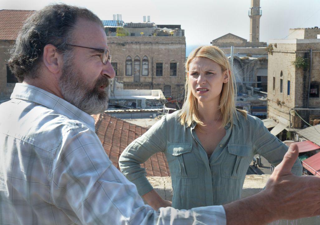 In Beirut organisieren Carrie (Claire Danes, r.) und Saul (Mandy Patinkin, l.) das Überlaufen von Fatima Ali, der Frau eines Hisbollah-Offiziers. - Bildquelle: 20th Century Fox International Television