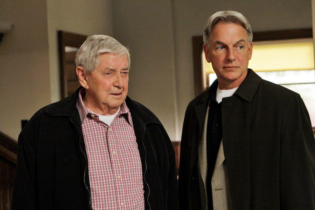 Während der Ermittlungen an einem neuen Mordfall bekommt Gibbs (Mark Harmon, r.) Besuch von seinem Vater (Ralph Waite, l.) ... - Bildquelle: CBS Television