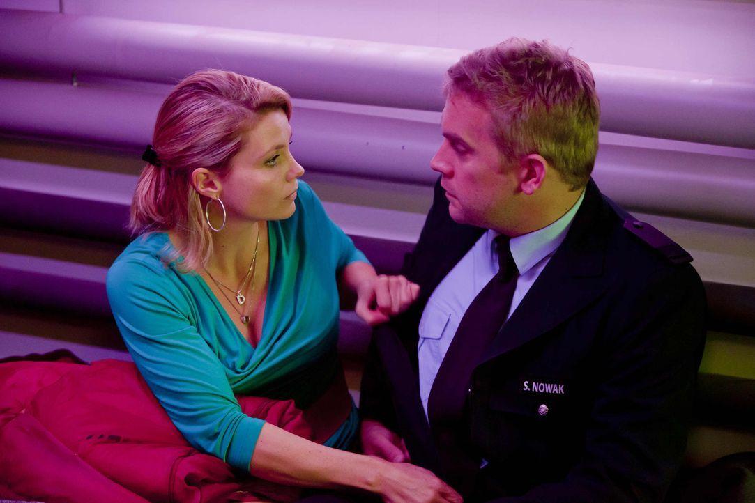 Haben die beiden, nach alldem was geschehen ist, eine Chance? Sven (Sebastian Bezzel, r.) und Danni (Annette Frier, l.) ... - Bildquelle: SAT.1