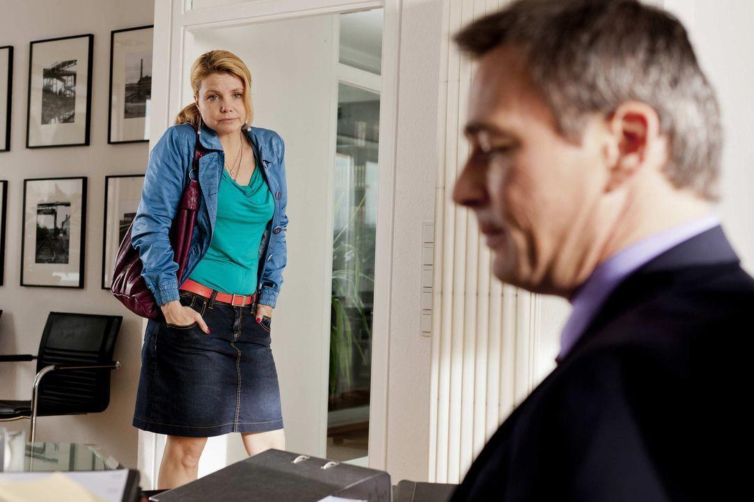 Nachdem Bea und Danni (Annette Frier, l.) in Streit geraten sind, entzieht Bea ihr das Mandat und bittet Oliver Schmidt (Jan Sosniok, r.) die Sache... - Bildquelle: Frank Dicks SAT.1