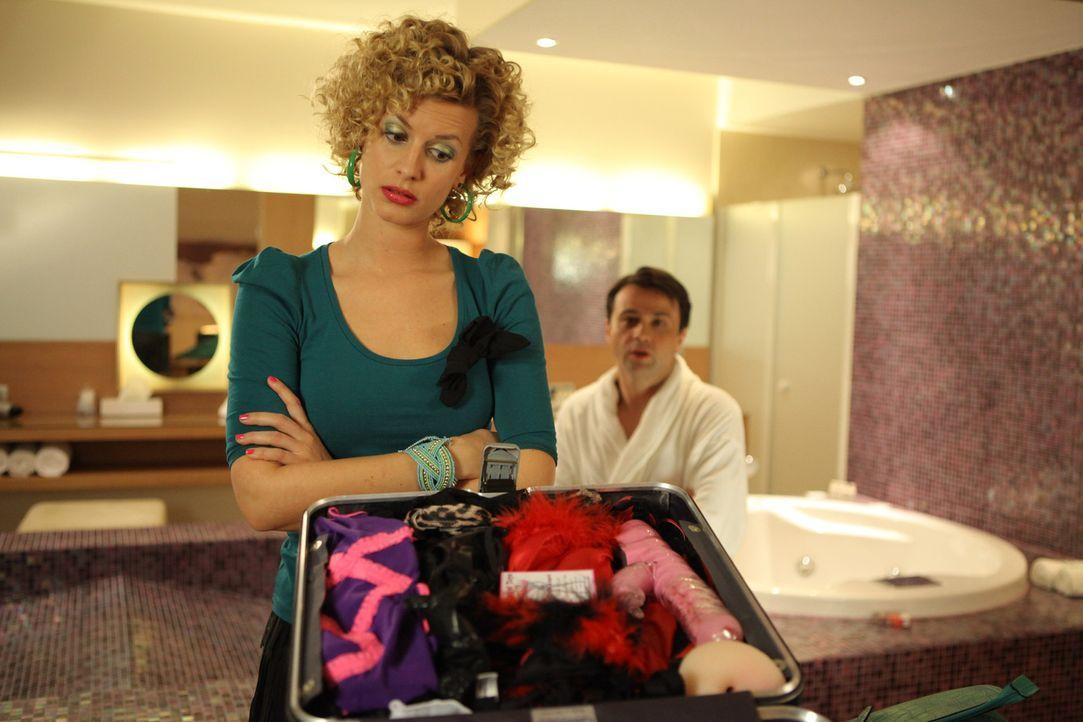 Auf den Rat ihres Freundes Klausi hin, gibt Rike (Theresa Underberg, l.) alles, um Hotelbesitzer Steinke (Michael Rotschopf, r.) davon zu überzeuge... - Bildquelle: Petro Domenigg SAT.1