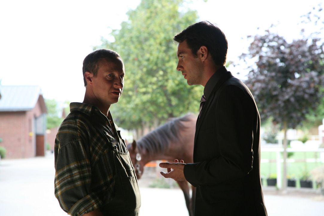Mark (Arne Stephan, r.) bittet Stallmeister Hans (Mika Maas, l.) alles für Diavolo zu tun, damit er seiner Verlobten eine Freude bereiten kann ... - Bildquelle: SAT.1