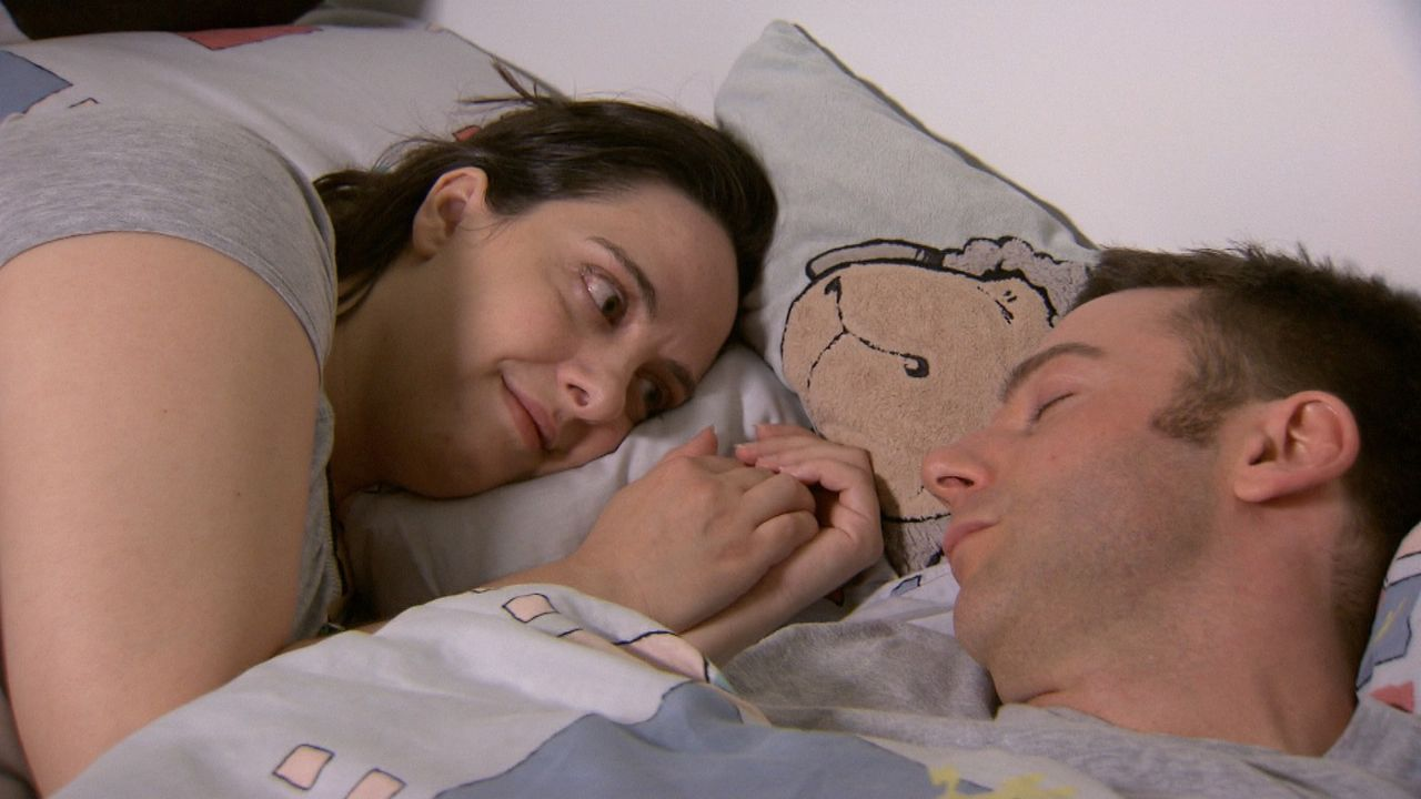 Nach ihrer Trennung von Jan (r.) und zwei Monaten voller Tränen sind beide wieder ein Paar und glücklicher denn je. Ein romantischer Heiratsantrag... - Bildquelle: SAT.1