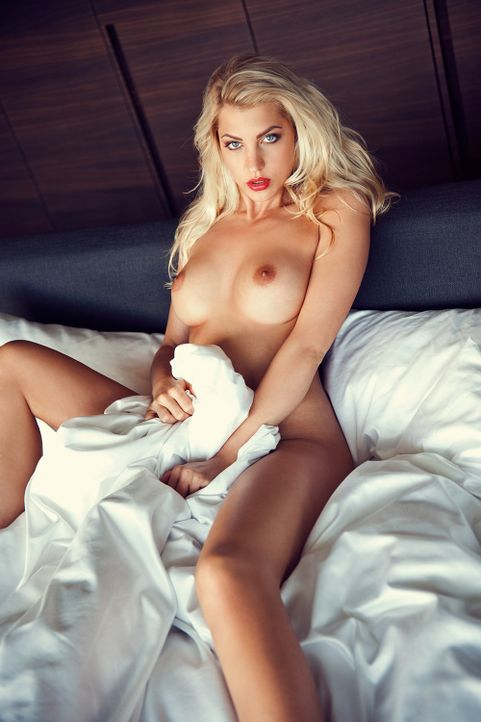 SarahNowak_Bett_Playboy - Bildquelle: Thomas Fiedler für Playboy