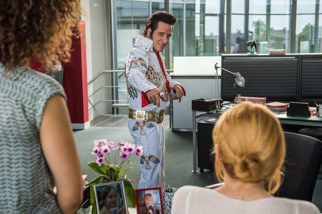 Für Martin Stude (Bela B.) bricht eine Welt zusammen, als er erfährt, dass er nicht der uneheliche Sohn von Elvis Presley ist. Für eine Vaterschaft... - Bildquelle: Wolfgang Ennenbach SAT.1
