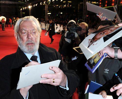 Donald Sutherland inmitten von Fans und Fotografen - Bildquelle: dpa