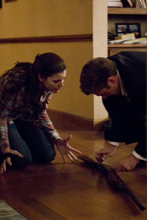 Bewaffnet mit einem Gewehr verstecken sich James (Scott Speedman, r.) und Kristen (Liv Tyler, l.) in einer kleinen Kammer des Hauses. Als sich die T... - Bildquelle: Glenn Watson 2007 Focus Features LLC.  All Rights Reserved.
