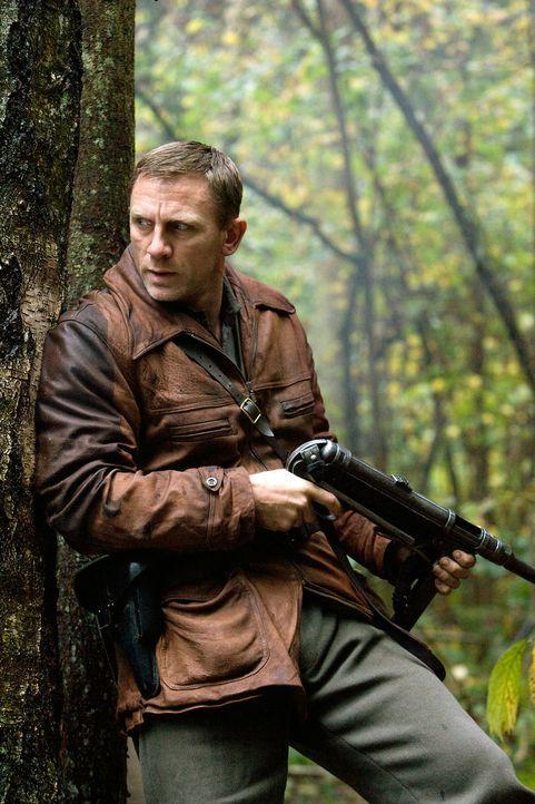 Auf der Flucht vor den Nazis verstecken sich der Jude Tuvia Bielski (Daniel Craig) und seine Brüder im Jahr 1941 in den undurchdringlichen Wäldern v... - Bildquelle: 2009 Constantin Film Verleih