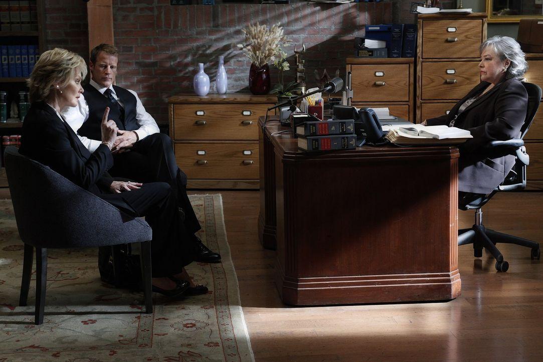 Staatsanwältin Roseanna Remmick (Jean Smart, l.)  will unbedingt den Fall gegen Eric Sanders gewinnen. Dabei schreckt sie auch nicht vor gefälscht... - Bildquelle: Warner Bros. Television