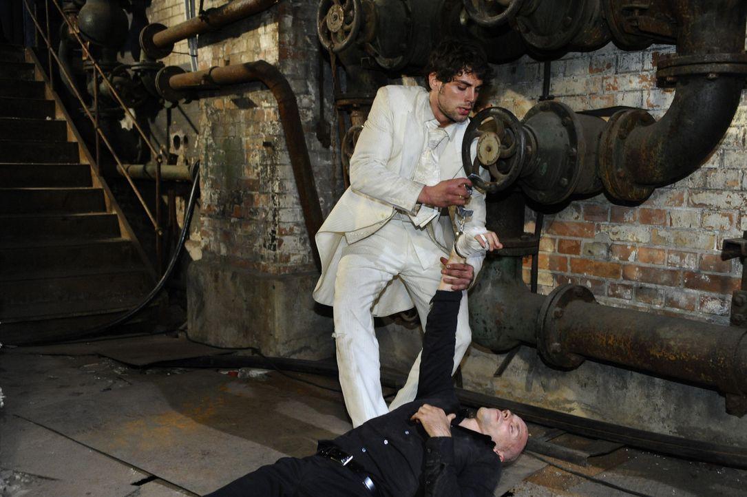 Die Hoffnung, dass Anna noch am Leben ist, beflügelt Jonas (Roy Peter Link, oben), so dass es ihm gelingt, sich zu befreien und Gerrit (Lars Löllm... - Bildquelle: SAT.1