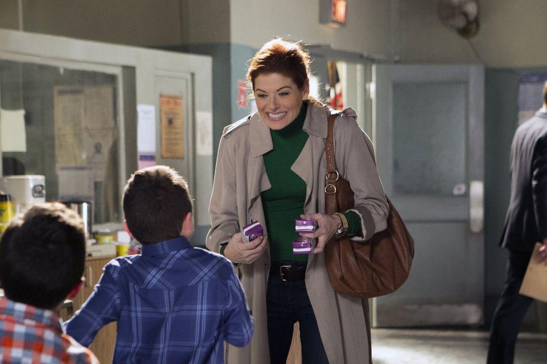 Detective Laura Diamond (Debra Messing, r.) hat mit mörderischen Kriminellen bedeutend weniger Probleme, als mit ihren ausgesprochen wilden Zwilling... - Bildquelle: Warner Bros. Entertainment, Inc.