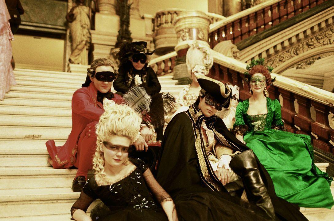 Gelangweilt von ihrer Ehe und der strengen Etikette findet Marie-Antoinette (Kirsten Dunst, vorne l.) nur noch Freude an den pompösen Gesellschafte... - Bildquelle: 2006 I Want Candy, LLC. All Rights Reserved.