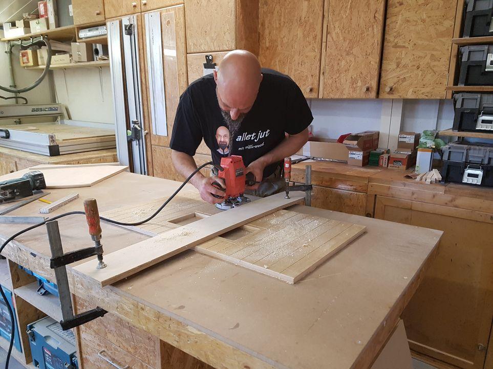 5. Schritt: Die zu Beginn aufgezeichneten Rillen, die für die Holzoptik sorg...