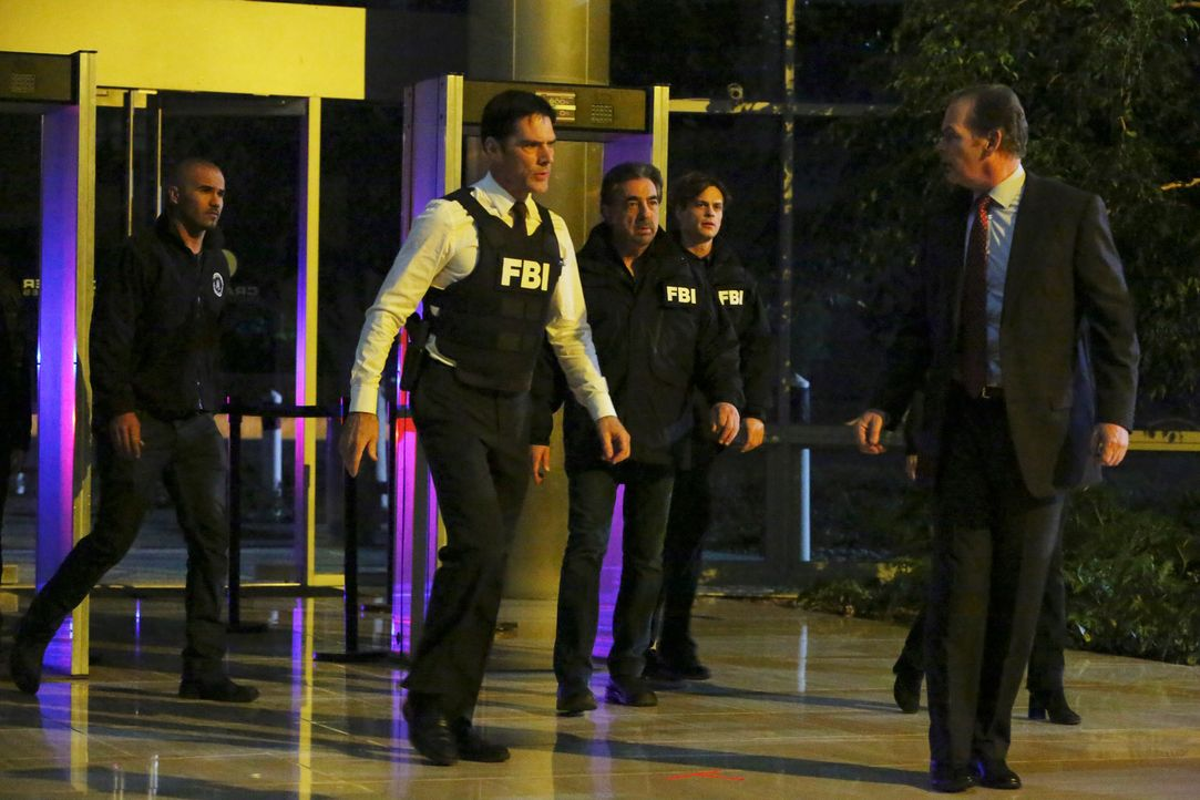 Als JJ entführt wird, versuchen Reid (Matthew Gray Gubler, 2.v.r.), Derek (Shemar Moore, l.), Hotch (Thomas Gibson, 2.v.l.) und Rossi (Joe Mantegna,... - Bildquelle: ABC Studios
