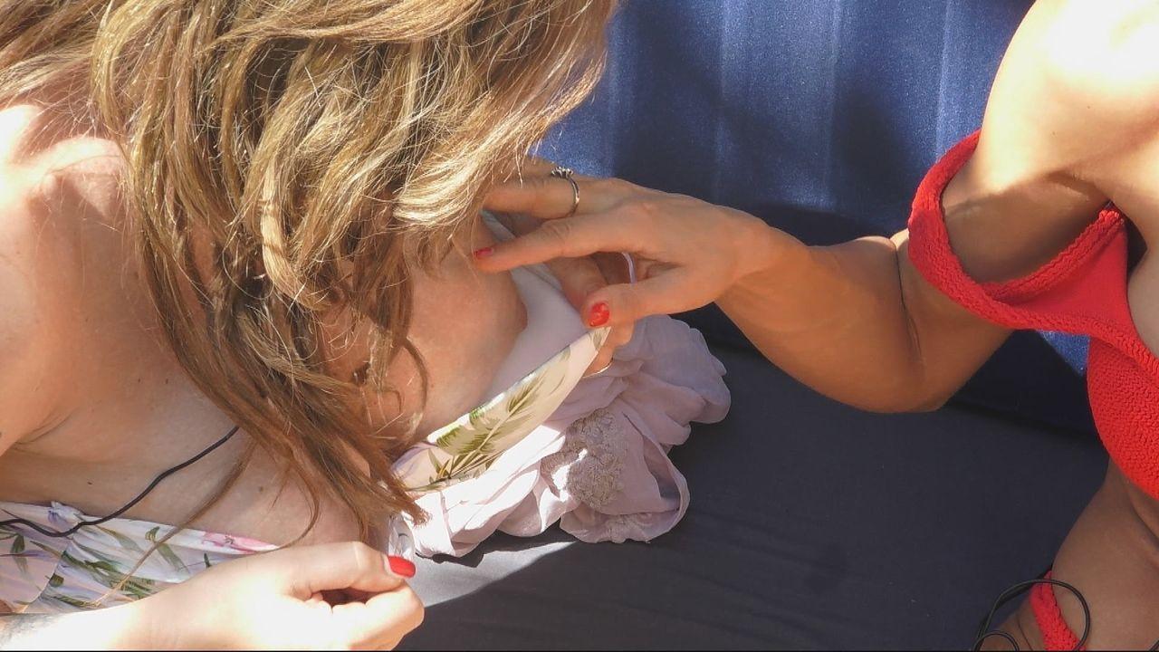 """Die Frauen im """"Nichts"""" vergleichen ihre Brüste - Bildquelle: SAT.1"""