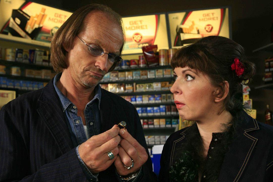 Als Betty (Catalina Navarro Kirner, l.) ihren ehemaligen Chef, Max (Eisi Gulp, l.), bittet, einen Ring in Kommission zu nehmen, ahnt sie nicht, dass... - Bildquelle: Erika Hauri SAT.1