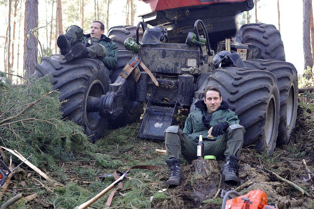 Wissen die beiden Waldarbeiter Eugen Immhoff (Gerdy Zint, l.) und Hannes Stiller (Sebastian Zimmler, r.) wirklich nichts über das Pärchen, das in de... - Bildquelle: Oliver Feist SAT.1 / Oliver Feist