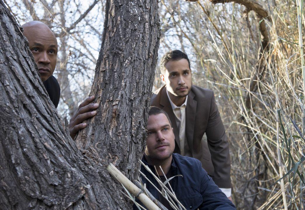 Auf der Flucht von ihren Entführern stoßen Callen (Chris O'Donnell, M.) und Sam (LL Cool J, l.) auf Martin Smair (Jaylen Moore, r.), der sich als Mi... - Bildquelle: CBS Studios Inc. All Rights Reserved.